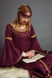 Härlig ung flicka i en historisk klänning Arkivbilder