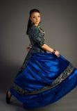 Härlig ung flicka i en historisk klänning Royaltyfri Foto
