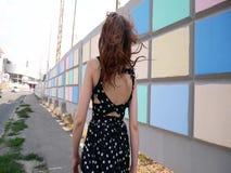 Härlig ung flicka i en klänning i gatan stock video
