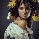 Härlig ung flicka i en krans Gräsplan synar ukrainare Royaltyfri Foto