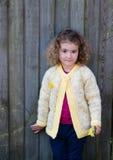 Härlig ung flicka i gul kofta utanför Arkivfoto