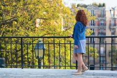 Härlig ung flicka i Paris på en nedgångdag Arkivbilder