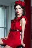 Härlig ung flicka i röd klänning Royaltyfri Fotografi