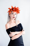 Härlig ung flicka i svarta linser med liljor Royaltyfri Foto