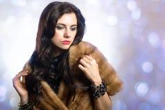 Härlig ung flicka i trendig kläder Royaltyfria Foton