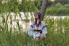 Härlig ung flicka i ukrainsk broderiklänning royaltyfria foton