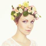 Härlig ung flicka med blommor Royaltyfria Foton