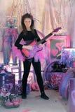 Härlig ung flicka med den elektriska gitarren Fotografering för Bildbyråer