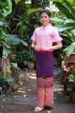 Härlig ung flicka med den thai traditionella klänningståenden royaltyfria bilder