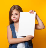 Härlig ung flicka med det vita brädet Arkivfoton
