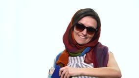 Härlig ung flicka med en resväska och ett pass på ett gående lopp för vit bakgrund arkivfilmer