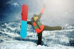 Härlig ung flicka med en snowboard Royaltyfri Fotografi