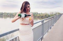 Härlig ung flicka med ett exponeringsglas av champagne fotografering för bildbyråer