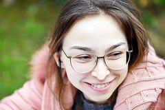 Härlig ung flicka med ett leende på hennes framsida royaltyfria bilder