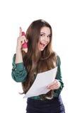 Härlig ung flicka med ett stort stycke av papper och en blyertspenna på en vit bakgrund Royaltyfri Fotografi