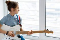 Härlig ung flicka med gitarren Royaltyfria Bilder
