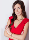 Härlig ung flicka med härliga stilfulla dyra smycken, halsband, örhängen, armband, cirkel som filmar i studion Arkivfoto