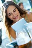 Härlig ung flicka med hennes digitala minnestavla Royaltyfria Bilder