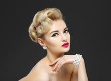 Härlig ung flicka med juvlar. Makeup i sextiostil Arkivfoto