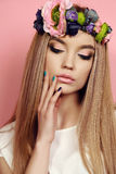 Härlig ung flicka med långt rakt hår med ljus blommas huvudbindel Fotografering för Bildbyråer