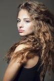 Härlig ung flicka med lockigt hår arkivbild