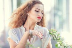 Härlig ung flicka med lockigt hår arkivfoto