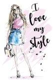 Härlig ung flicka med slogan om stil Hand dragen modekvinna skissa royaltyfri illustrationer