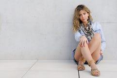 Härlig ung flicka med tillfällig kläder Arkivfoton