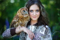 Härlig ung flicka med ugglan royaltyfri foto