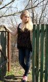 Härlig ung flicka nära staketet Fotografering för Bildbyråer