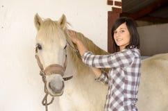 Härlig ung flicka och vit häst arkivbilder
