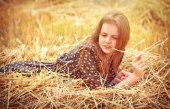 Härlig ung flicka på ängen arkivbild