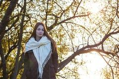 Härlig ung flicka på bakgrunden av naturen Royaltyfri Fotografi