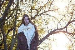 Härlig ung flicka på bakgrunden av naturen Royaltyfria Bilder