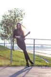 Härlig ung flicka på bakgrunden av naturen Royaltyfri Foto