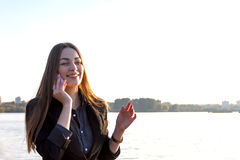 Härlig ung flicka på bakgrunden av naturen Royaltyfri Bild