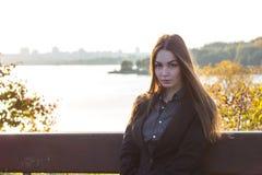 Härlig ung flicka på bakgrunden av naturen Fotografering för Bildbyråer