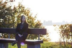 Härlig ung flicka på bakgrunden av naturen Arkivbilder