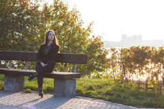 Härlig ung flicka på bakgrunden av naturen Royaltyfria Foton