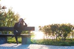 Härlig ung flicka på bakgrunden av naturen Arkivfoton