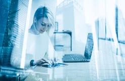 Härlig ung flicka som använder den moderna minnestavlan på trätabellen Begrepp av coworking folk som arbetar med grejer double arkivfoton