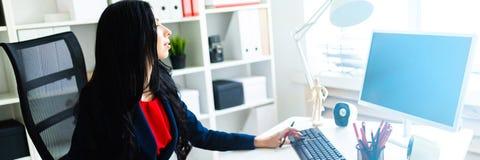 Härlig ung flicka som arbetar med datoren och dokument i kontoret på tabellen royaltyfri bild