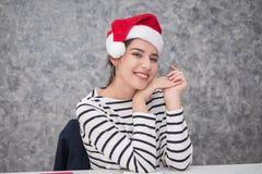 Härlig ung flicka som bär en santa julhatt Royaltyfri Bild
