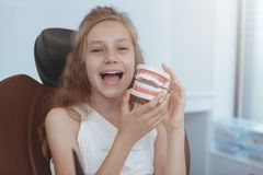 Härlig ung flicka som besöker tandläkaren royaltyfri bild