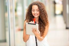 Härlig ung flicka som betalar vid kreditkorten för Royaltyfri Foto