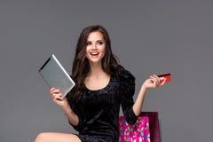 Härlig ung flicka som betalar vid kreditkorten för Arkivfoto
