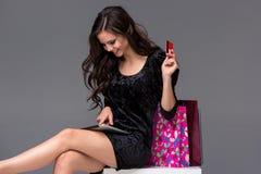 Härlig ung flicka som betalar vid kreditkorten för Royaltyfria Bilder