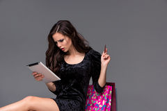 Härlig ung flicka som betalar vid kreditkorten för Arkivbild
