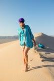 Härlig ung flicka som går på öknen Arkivfoton