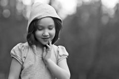 Härlig ung flicka som högtidligt ner ser och ler Arkivfoton